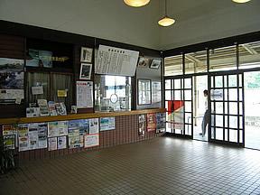 ニセコ駅(JR北海道・函館本線)駅舎・駅名標・ホーム・駅前写真・画像